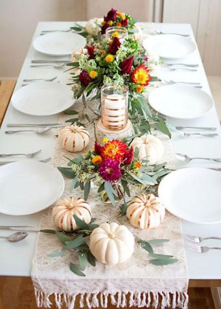 Festliche Tischdeko Im Herbst Schönes Herzstück Mit Kürbissen Kerzen Glitzer