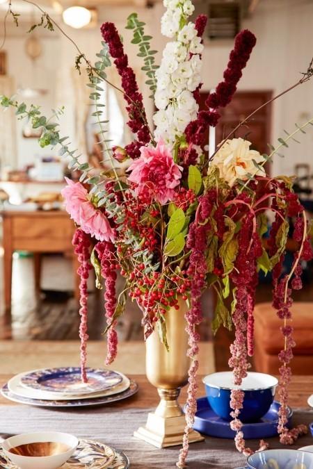 Festliches Blumenarrangement Vase schöne Tischdeko im Herbst