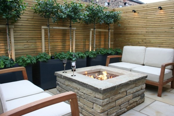 Feuerstelle aus Stein sehr stabil gebaut im kleinen Garten bequeme Outdoor-Möbel