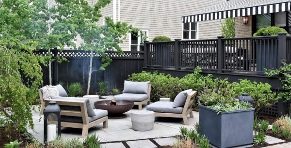 Feuerstelle kleine Gartenoase in der Stadt bequeme Sitzmöbel