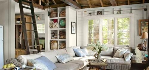 Geräumiges Wohnzimmer im Landhausstil weiße Sitzgarnitur hellblaue Kissen