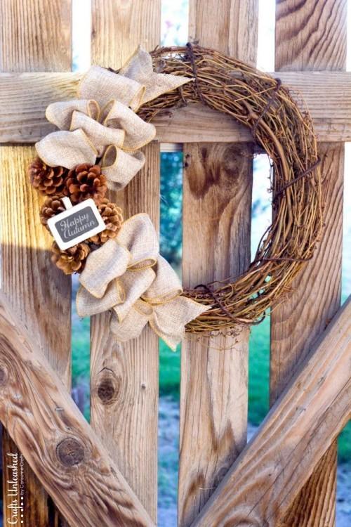 Herbstkranz am Zaun Schleifen aus Hanf Tannenzapfen tolle Deko