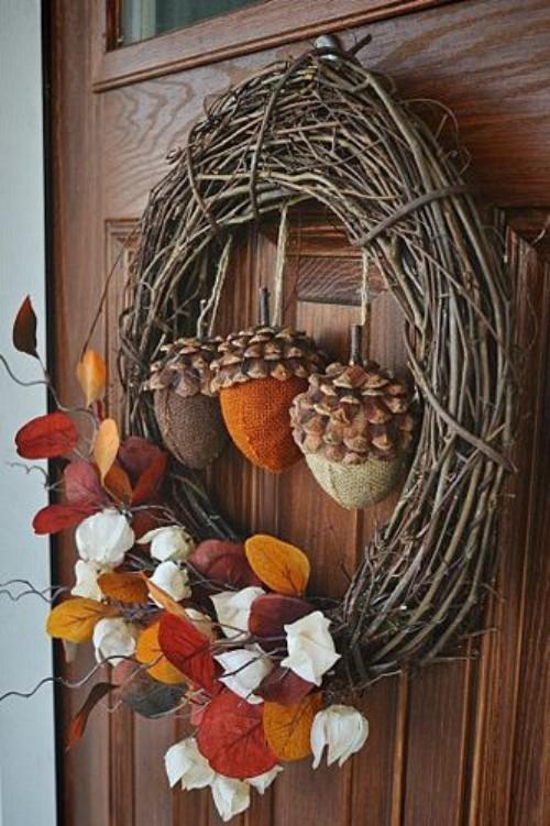 Herbstkranz an der Haustür mit Gaben der Natur Eicheln bunte Blätter fein geschmückt