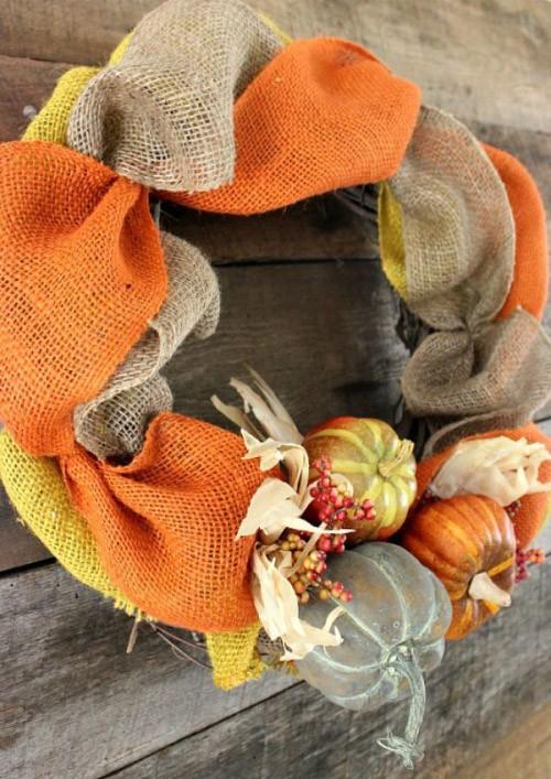 Herbstkranz basteln bunte Schleifen kleine Kürbisse in warmen Farben einzigartiger Look