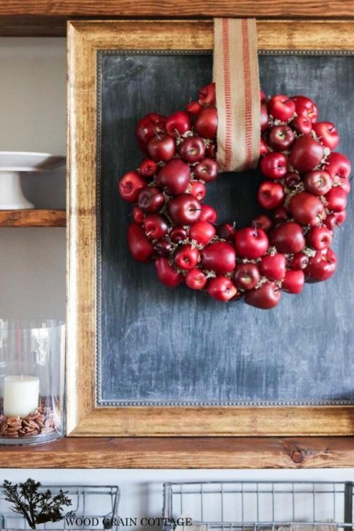 Herbstkranz selber machen aus roten Äpfeln als Dekoration in der Küche