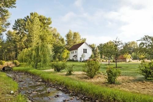Hinterhof Bauernhaus renoviert Steinbrücke kleiner Bach weite Gartenfläche Gartenhaus