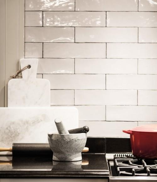 Küche weiße Metro-Fliesen weitere Raumdetails auffallen