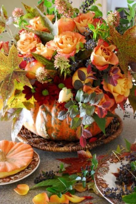 Kürbis als Vase viele bunte Blumen Tischdeko im Herbst