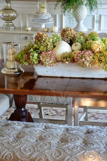 Kürbisse und Hortensien machen hier rustikale Tischdeko aus