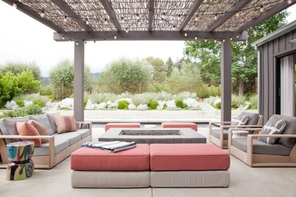 Moderne Outdoor-Gestaltung Feuerstelle in der Mitte bequeme Outdoor-Möbel