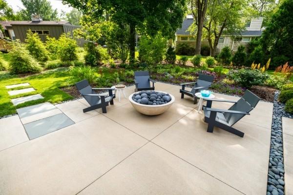 Patio ganz modern gestaltet mit Feuerstelle und bequemen Sitzmöbeln