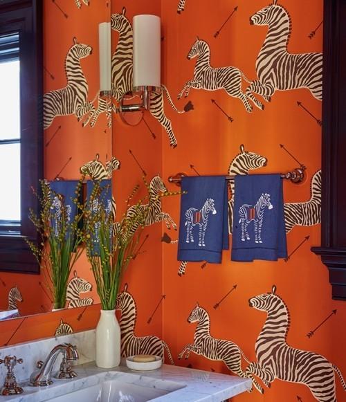 Raumdetails Badezimmer grelle Farben Orange besondere Muster Pferde auf der Wandtapete