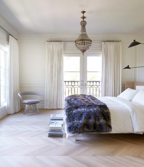 Raumdetails Schlafzimmer in Weiß kuschelige Wurfdecke in Graunuancen durchbricht die Eintönigkeit