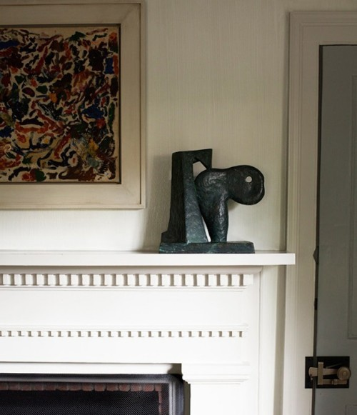 Raumdetails kleine Skulptur auf dem Kaminsims Wandbild sehr auffällig
