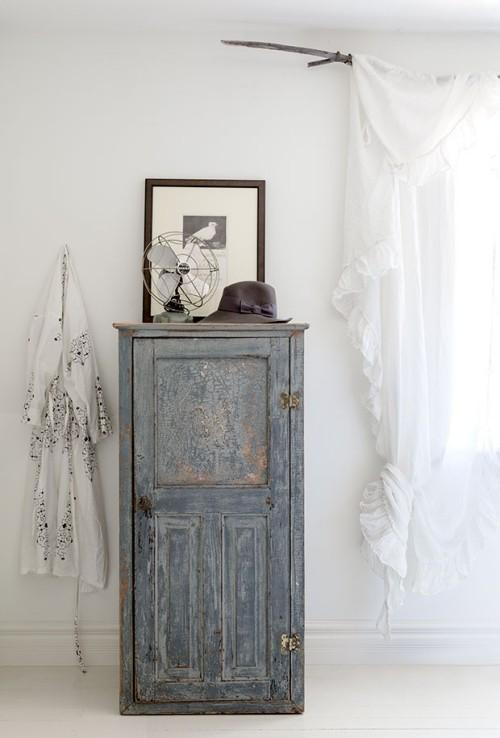 Raumgestaltung Idee Retro Schrank in Blau vor weißem Hintergrund