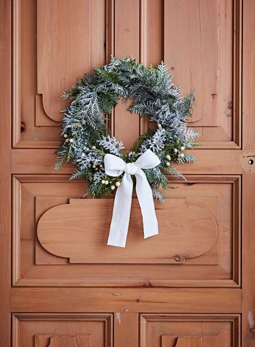 Raumgestaltung Ideen Herbstkranz mit weißer Schleife an die Eingangstür hängen