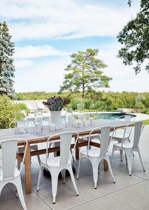 Raumgestaltung Ideen Outdoor Party alles in weiß dekorieren Vase mit Blumen gedeckter Esstisch