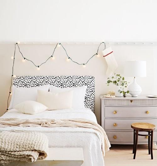 Raumgestaltung Ideen Schlafzimmer in weiß gestaltet Weihnachtsschmuck auch in Weiß