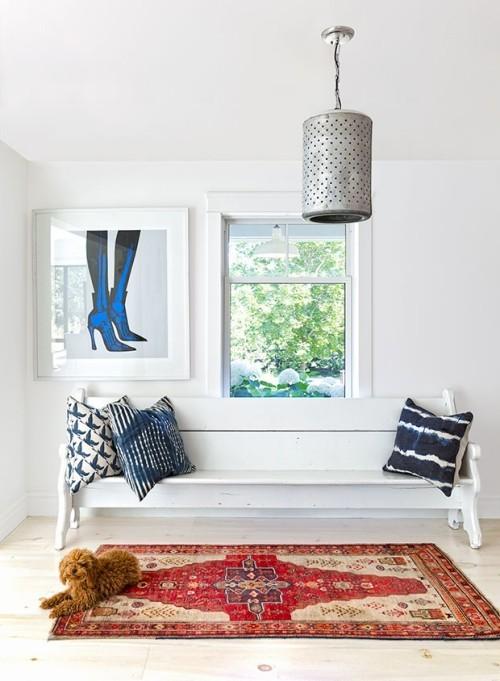 Raumgestaltung Ideen Vintage Bank im Eingangsbereich Deko Kissen in marineblau und weiß
