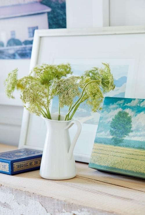 Raumgestaltung Ideen hellgrüne Kräuterblüten im weißen Krug frische Note