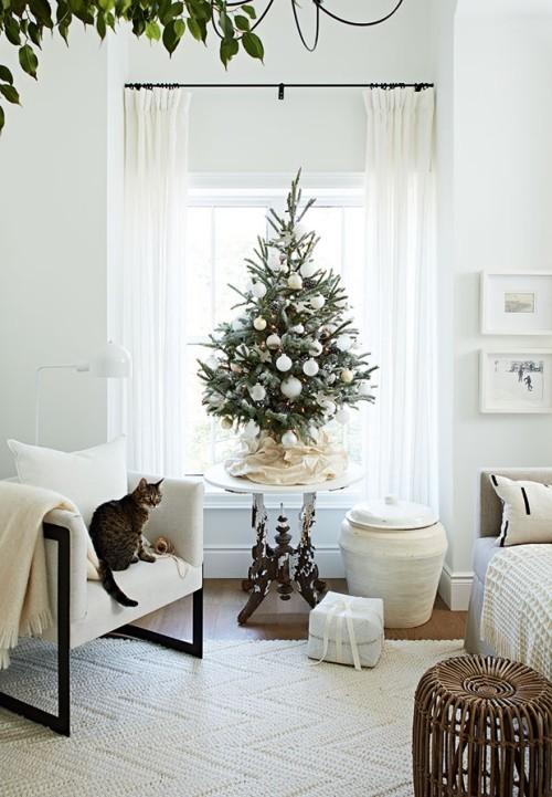 Raumgestaltung Ideen in Weiß für Weihnachtsfest Tannenbaum weißer Schmuck Katze