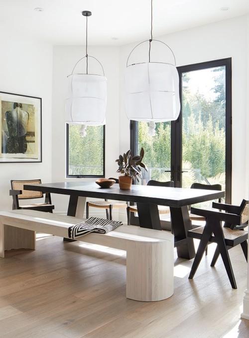 Raumgestaltung Ideen schöner Essbereich großer Esstisch Sitzbank in weiß Stühle Hängelampen
