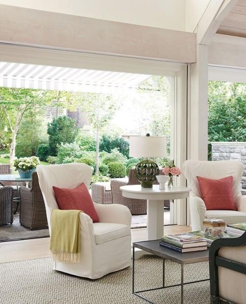 Raumgestaltung Ideen waschbare weiße Schonbezüge für Sessel Wurfkissen angenehme Atmosphäre auf Terrasse