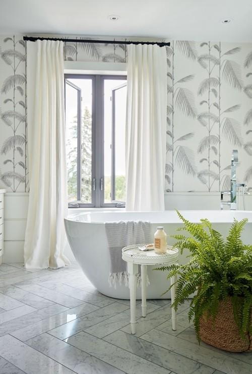Schön gestaltetes Badezimmer in Weiß Raumgestaltung Ideen Farn im Topf im Vordergrund