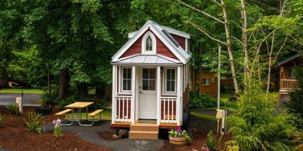Tiny Houses Schönes kleines Haus mit Garten und Sitzecke im Freien