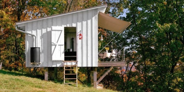 Tiny Houses kleines Haus aus Metall auf Pfählen
