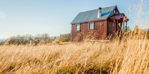 Tiny Houses kleines Haus aus Metall sehr praktisch errichtet im Feld positioniert
