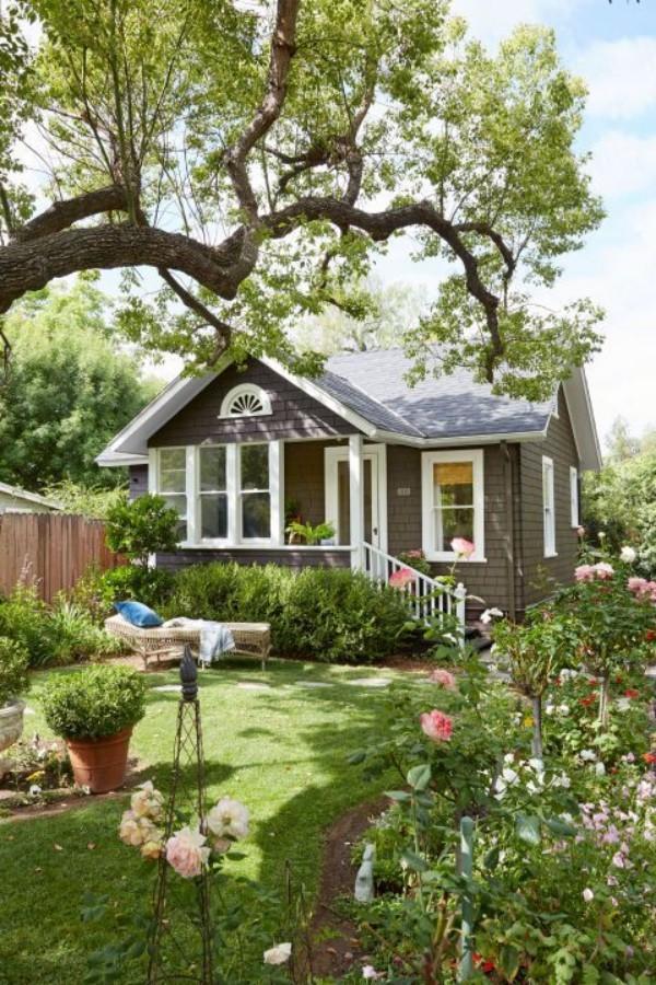 Tiny Houses kleines Haus mit Garten Blumen darunter Rosen