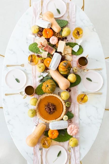 Tischdeko im Herbst schön dekorierter und bereits gedeckter Tisch