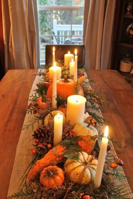 Tischdeko im Herbst tolles Arrangement Herzstück Kürbisse Kerzen Blätter Zweige