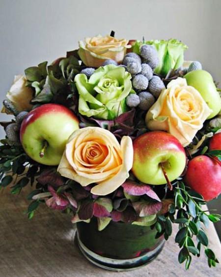 Tischdeko im Herbst tolles Blumenarrangement mit Äpfeln