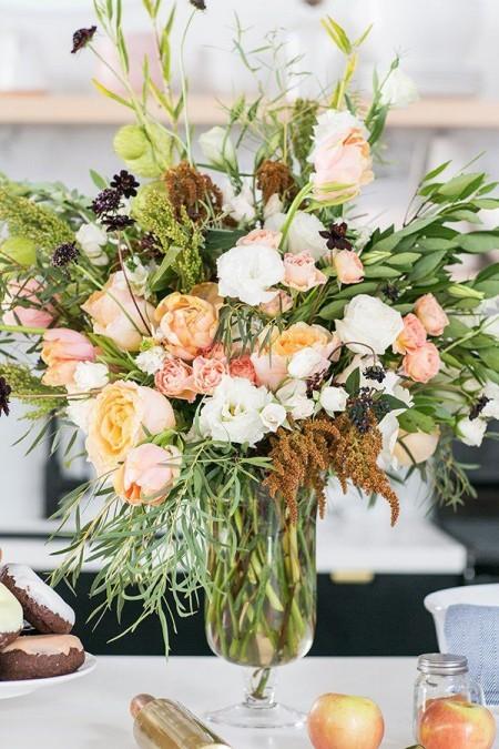Tischdeko im herbst kreieren schöne Herbstblumen in Vase in Szene setzen