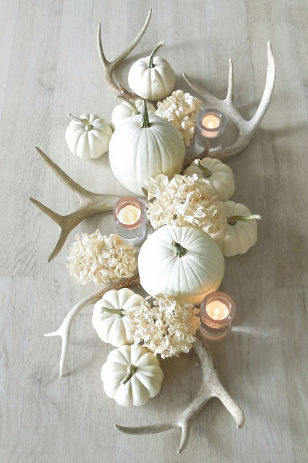 Tischdeko mit Kürbissen und Kerzen Blumen alles weiß