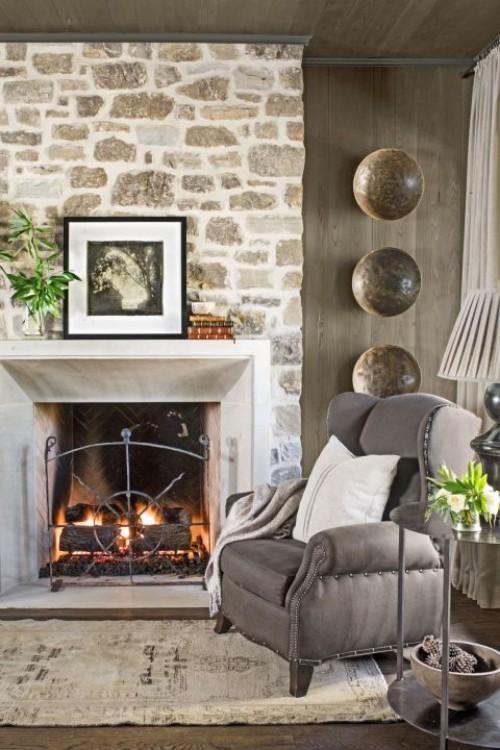 Wohnzimmer im Landhausstil Feuer im Kamin Steinwand Dekoration