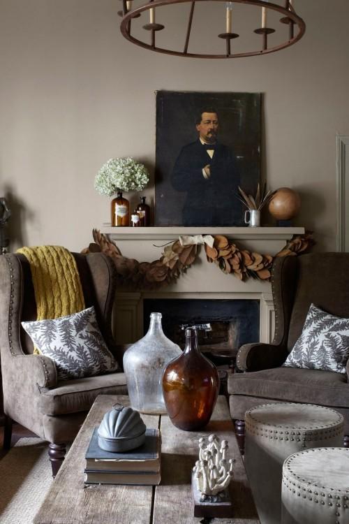 Wohnzimmer im Landhausstil grau farbige Akzente Kamin Kaminsims dekoriert Wandbild
