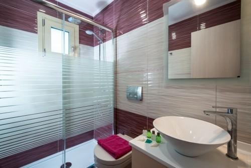 badezimmergestaltung in tollen lila und weiß