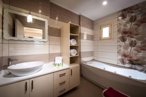 blumen muster an einer wand badezimmergestaltung