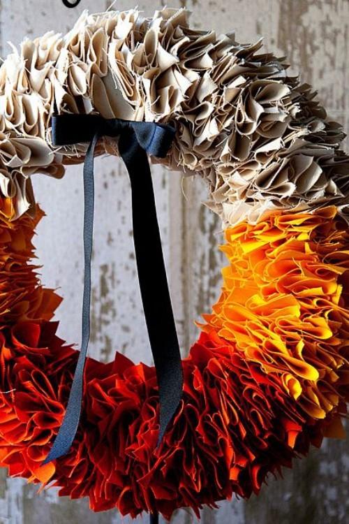 bunter Herbstkranz aus Papier sehr warme Farben Ton in Ton schöne Türdekoration