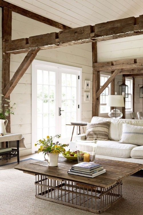 freigelegte Balken Holztisch wei0e Möbel gemütliches Wohnzimmer im Landhausstil