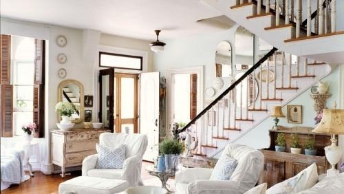gemütliches Wohnzimmer im Landhausstil helles Holz weiße Möbel