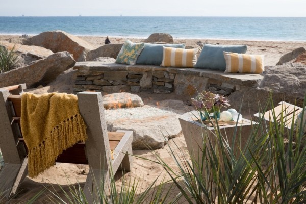 interessante Outdoor-Gestaltung rustikal und urig Feuerstelle aus Stein an der Küste
