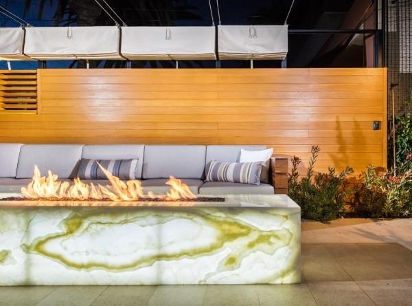 moderne Feuerstelle mit Onyx-Platten gestaltet