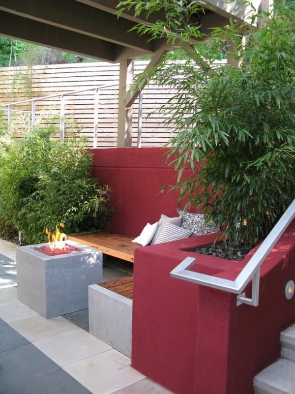 quadratische Feuerstelle in Grau Sitzmöbel in Dunkelrot schöne Outdoor-Gestaltung