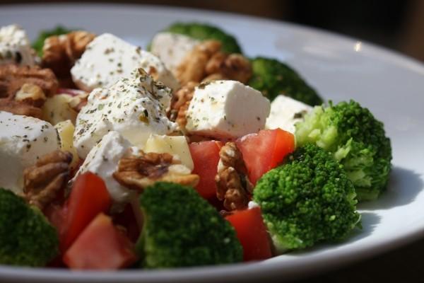 salat brokoli tomaten gesundes essen idee