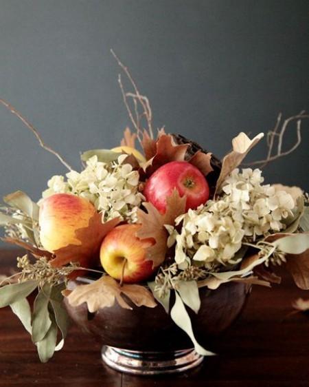 weiße Hortensien Äpfel dürre Blätter Tischdeko im Herbst