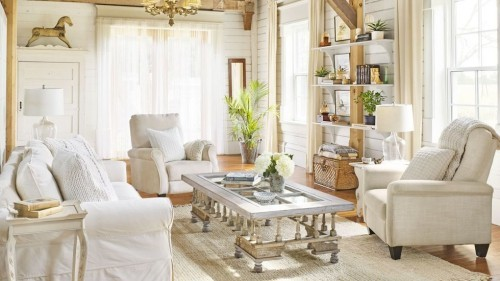 weiße Möbel viel Tageslicht einladendes Wohnzimmer im Landhausstil